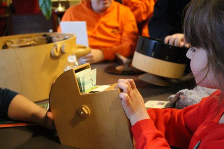 Une petite fille manipulant un feuillestoscope de la balbu-ciné